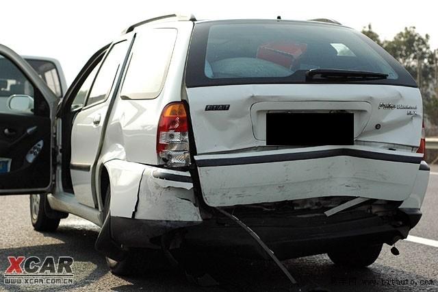 菲亚特周末风车祸 高清图片