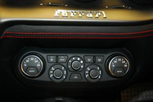 法拉利F12 berlinetta 中控台空调控制键