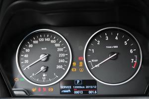 进口宝马2系旅行车 仪表盘背光显示