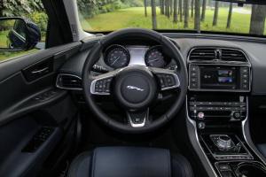 捷豹XE完整内饰(驾驶员位置)图片