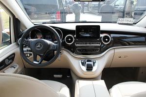 奔驰V级完整内饰(驾驶员位置)图片