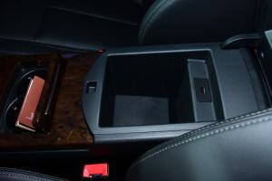 汉腾X7前排中央扶手箱空间