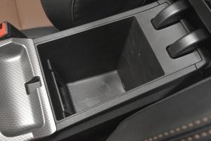 帝豪GS前排中央扶手箱空间