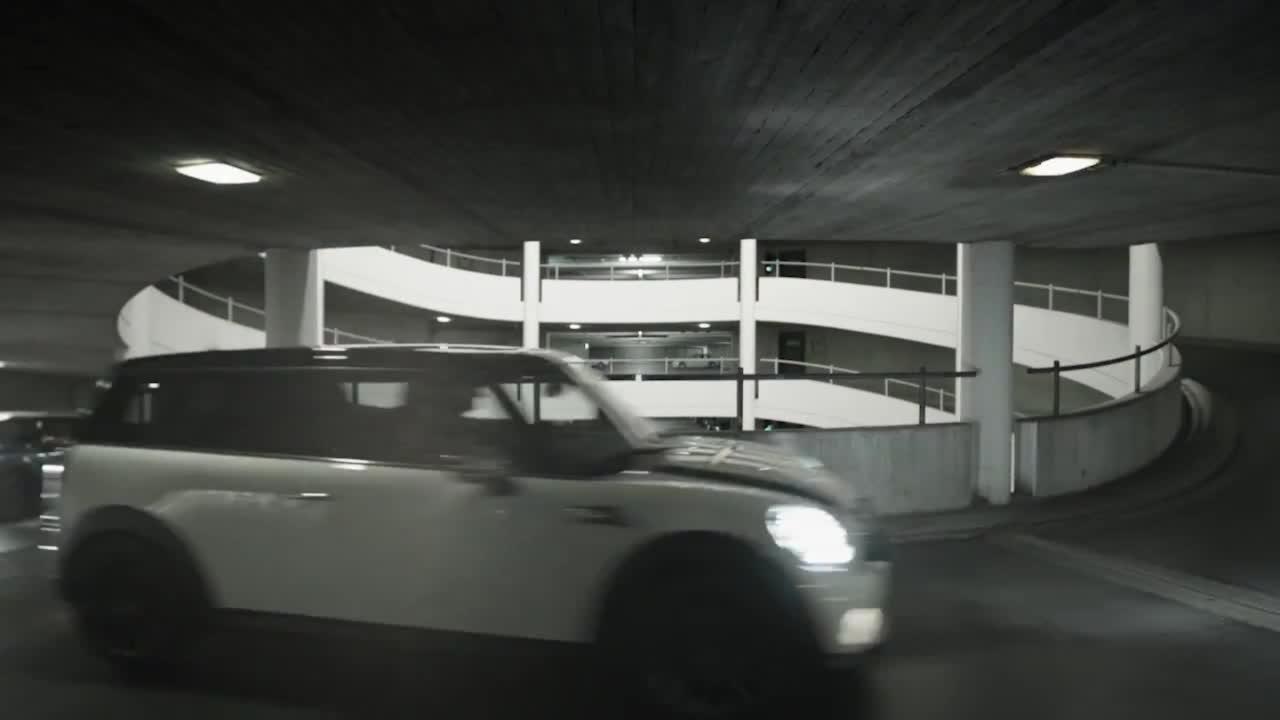 视角独特 MINI系列车型狂飙停车楼