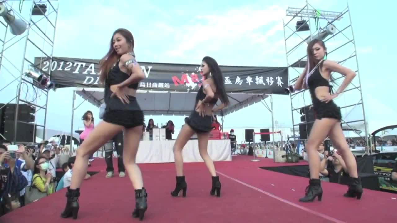 美女车模现场热舞