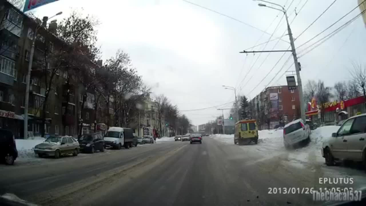 汽车 追尾/罕见两车低速追尾 小汽车冲出路边