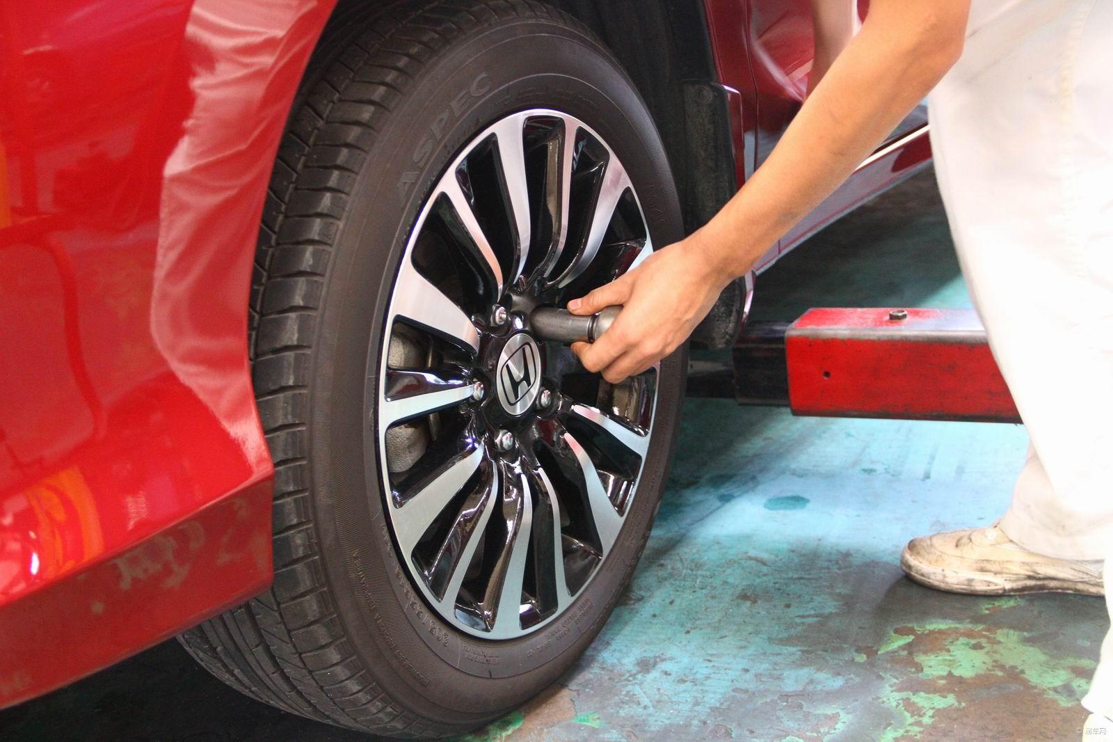凌派1.8AT版本的综合油耗为7.8L/100km,以测试期间广东省93号汽油均价7.8元/升计算,凌派每公里的燃油成本仅为0.6元,在同级别1.8L排量车型中表现相当优秀。 第二部分: 恰好我们测试车的总里程也接近5000km的厂方首保里程,我们决定随机挑选一家4S店进行保养方面的了解和调查。在一个周末的上午,我们来到了广汽本田天河店,这是广州地区第一家本田汽车特约维修站和零部件特约经销商。周末前来维修保养的车主很多,尽管我们没有提前电话预约,但接待人员依然十分热情地为我们记录并安排保养项目。    在