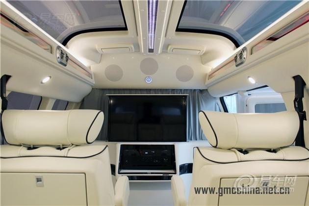 中排为单独的两只飞机头等舱式航空座椅设计,具备气动按摩,加热等功能