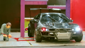 日产Silvia遥控车 绕圈漂移挑衅警车