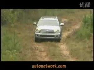 在山间小道上驾驶丰田红杉汽车