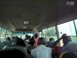 丰田考斯特拉着大批黑人游客出行