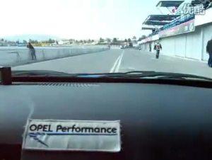 欧宝威达在赛道上奔跑专业人员试驾