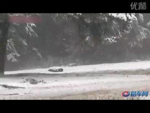 路虎发现4雪地对决丰田兰德酷路泽