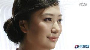 2011广州车展 霸锐粉衣女模面容姣好