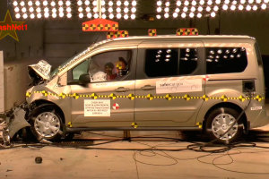 2014款新福特全顺 正面碰撞测试