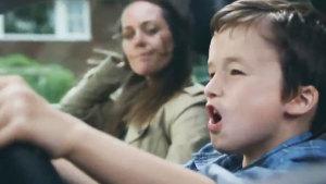 大众汽车电视广告 帅气男孩带美女兜风