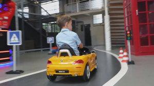 羡煞旁人 拉风男孩体验宝马Z4玩具车
