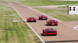 法拉利四款经典超跑并驾齐驱 赛道竞速