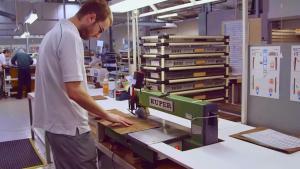 揭秘豪车生产 宾利克鲁工厂原木加工
