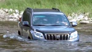 涉水性能考验 丰田普拉多溪流冒险前行