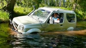 湖中强悍涉水 铃木吉姆尼成功脱困