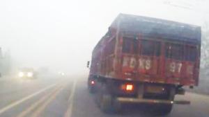 雾天超车遇沟 失控险撞车