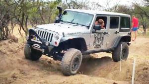 Jeep牧马人挑战炮弹坑 征服困难路段