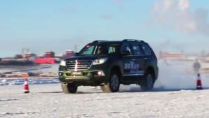 哈弗H9冰雪路面绕桩 车身姿态稳健从容