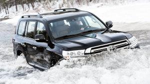 丰田全新兰德酷路泽 泥泞路涉水爬坡