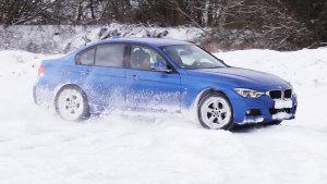 宝马3系轿车操控灵活 雪地转圈漂移秀