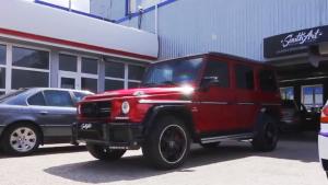 改装版奔驰G63 AMG 红色车身配黑色轮毂