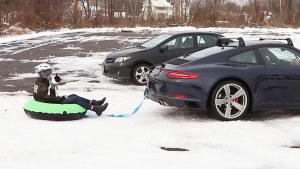惊险刺激 保时捷911跑车拖牵雪圈