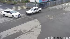 路口两小车撞了
