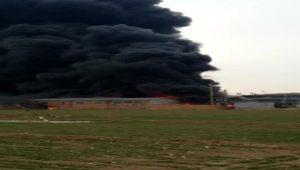 一工厂着火浓烟滚滚