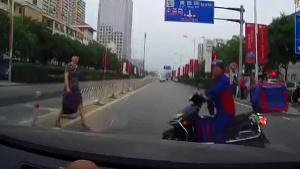交学费!过人行横道必须减速!小心鬼探头!