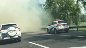 高速公路下浓烟滚滚