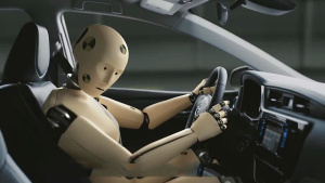丰田创意 机器人展示车身安全性能
