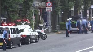 警察现场核实汽车撞警车事故现场