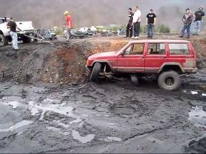 热心皮卡救援深陷泥坑的切诺基要命一拉受伤了!