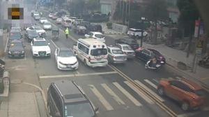救护车遇拥堵,交警车流中狂奔开道 
