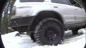 冬季瀑布溪水中,湿滑路面的越野测验