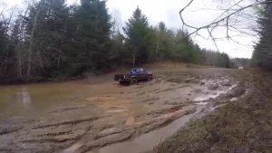 丰田 Hilux 2.4L 在泥泞丛林中穿越(3