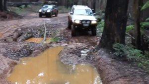 Hilux 4x4在泥泞丛林里穿行