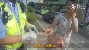 年轻妈妈抱娃闯红灯被拦 转身就买了水来感谢交警