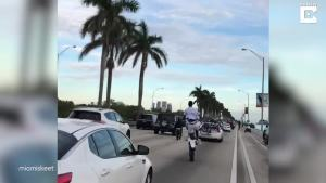 在交通堵塞中执行疯狂的表演摩托车特技