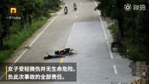 女子骑车看手机追尾前车 倒地后继续看手机 就服你!