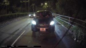奔驰闯红灯,后面警车即刻开咪叫前车让开追缉