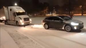 太疯狂!特斯拉Model X居然雪地拖行半挂车上坡!