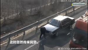 男子高速路上遮号牌,忽然传来民警隔空喊话:别遮了