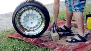 手工安装轮胎,小哥的手法值得称赞